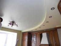 Комбинированный сатиновый потолок на кухне
