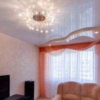 Использование глянцевого натяжного полотна в спальне