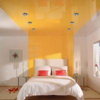 Натяжной глянцевый потолок в гостиной